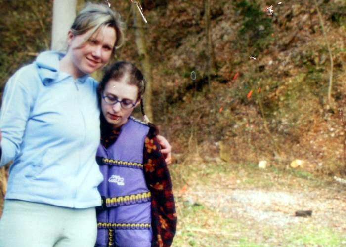 Fotografie z roku 2006, kdy Škrlová žila v rodině Kláry Mauerové, matky týraných chlapců, a vydávala se za 14letou Aničku.