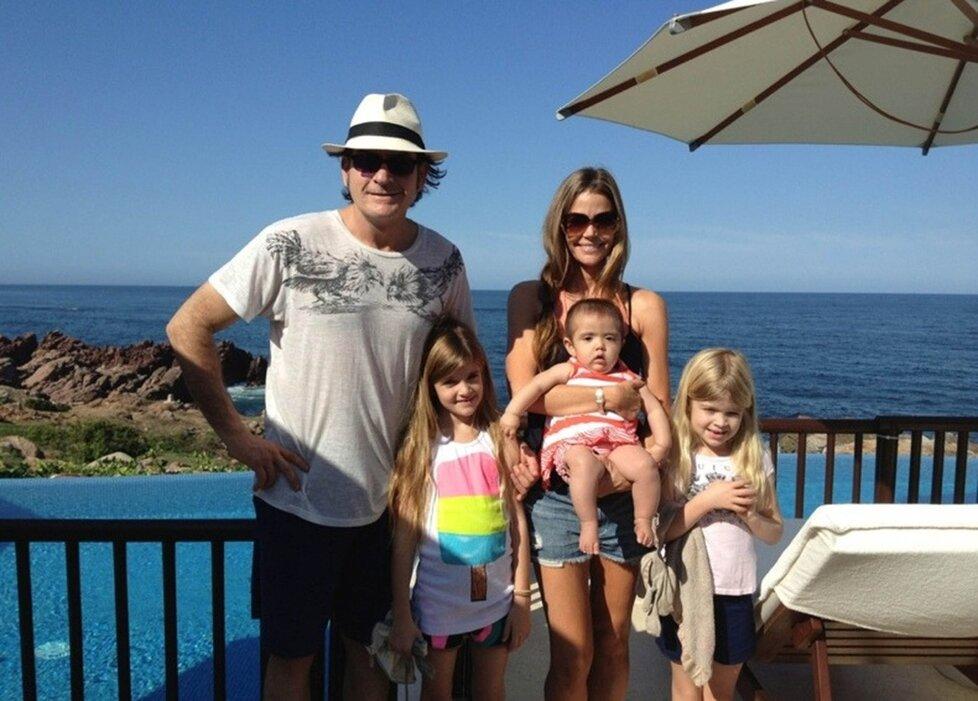 Denise s bývalým manželem Charliem Sheenem a dětmi