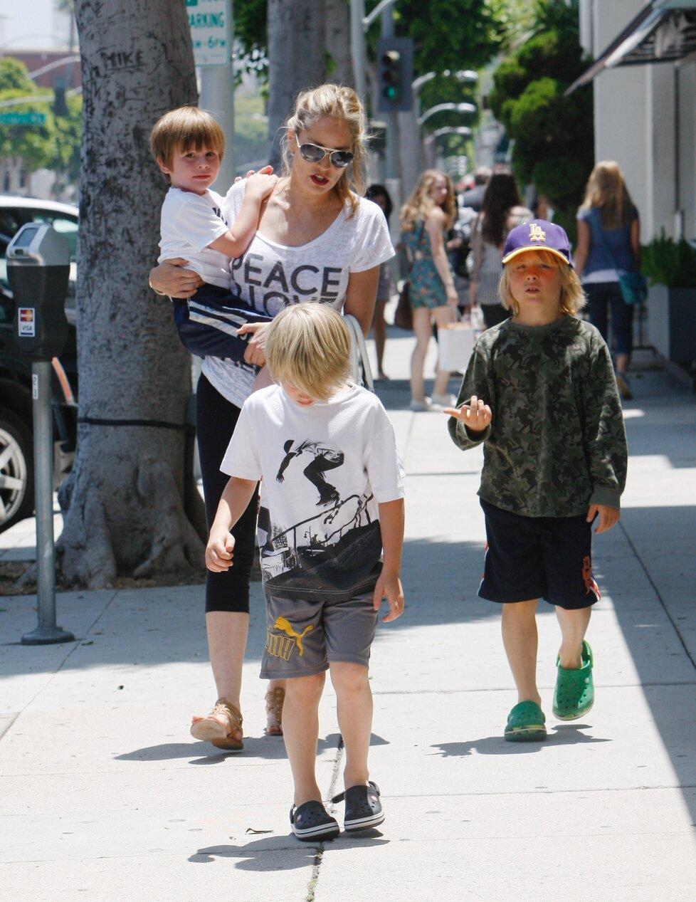 Sharon se všemi třemi syny, Roanem (11), Lairdem (6) a Quinnem (5)
