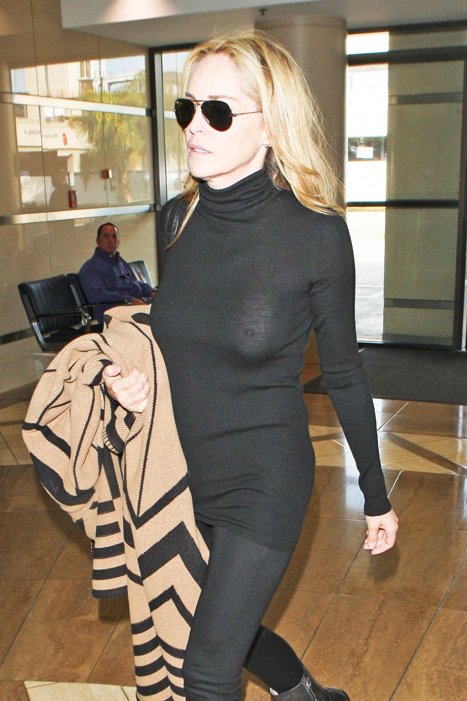 Na letišti třiapadesátiletá Sharon Stone předvedla, že ani ve svém věku nepotřebuje podprsenku. V černém průsvitném roláčku si klidně vyrazila naostro.