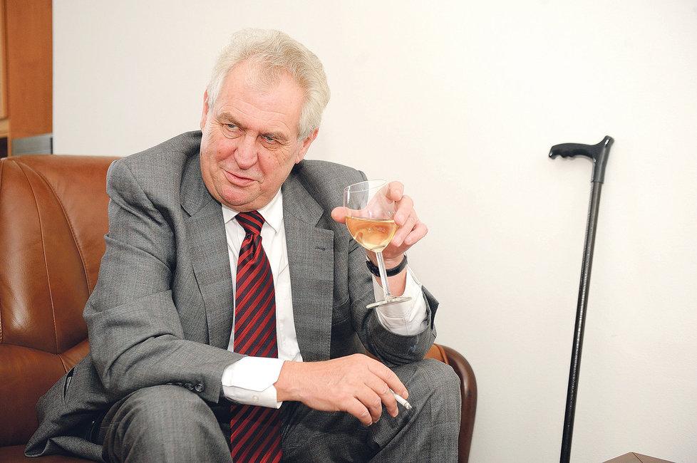 Miloš Zeman se skleničkou a cigaretou