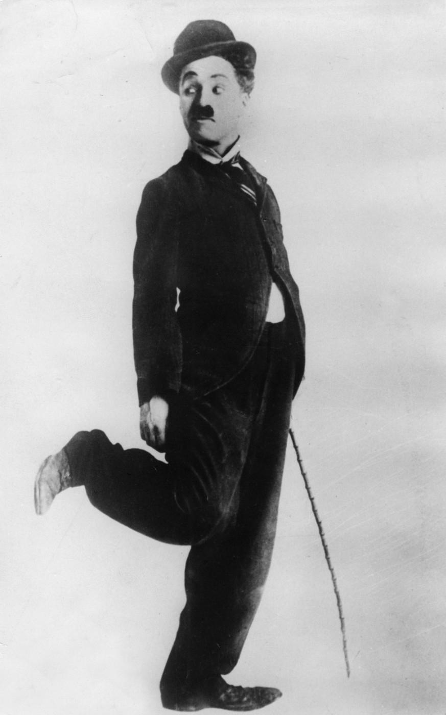 d08f753061b GALERIE Chaplinova hůlka a buřinka se prodaly za téměř 2 miliony ...