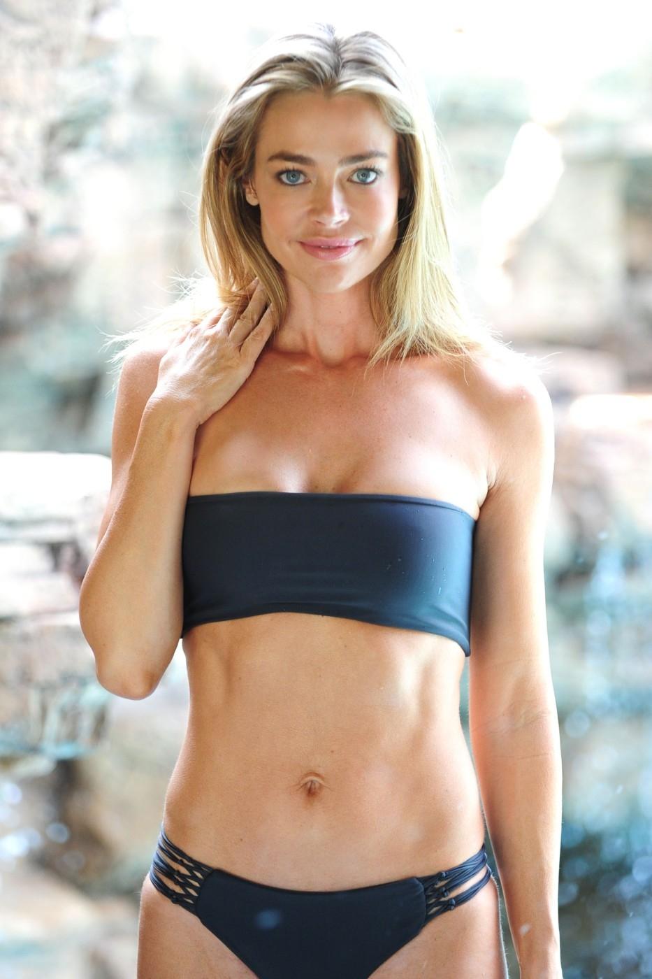 Denise Richards je sexy blondýnka