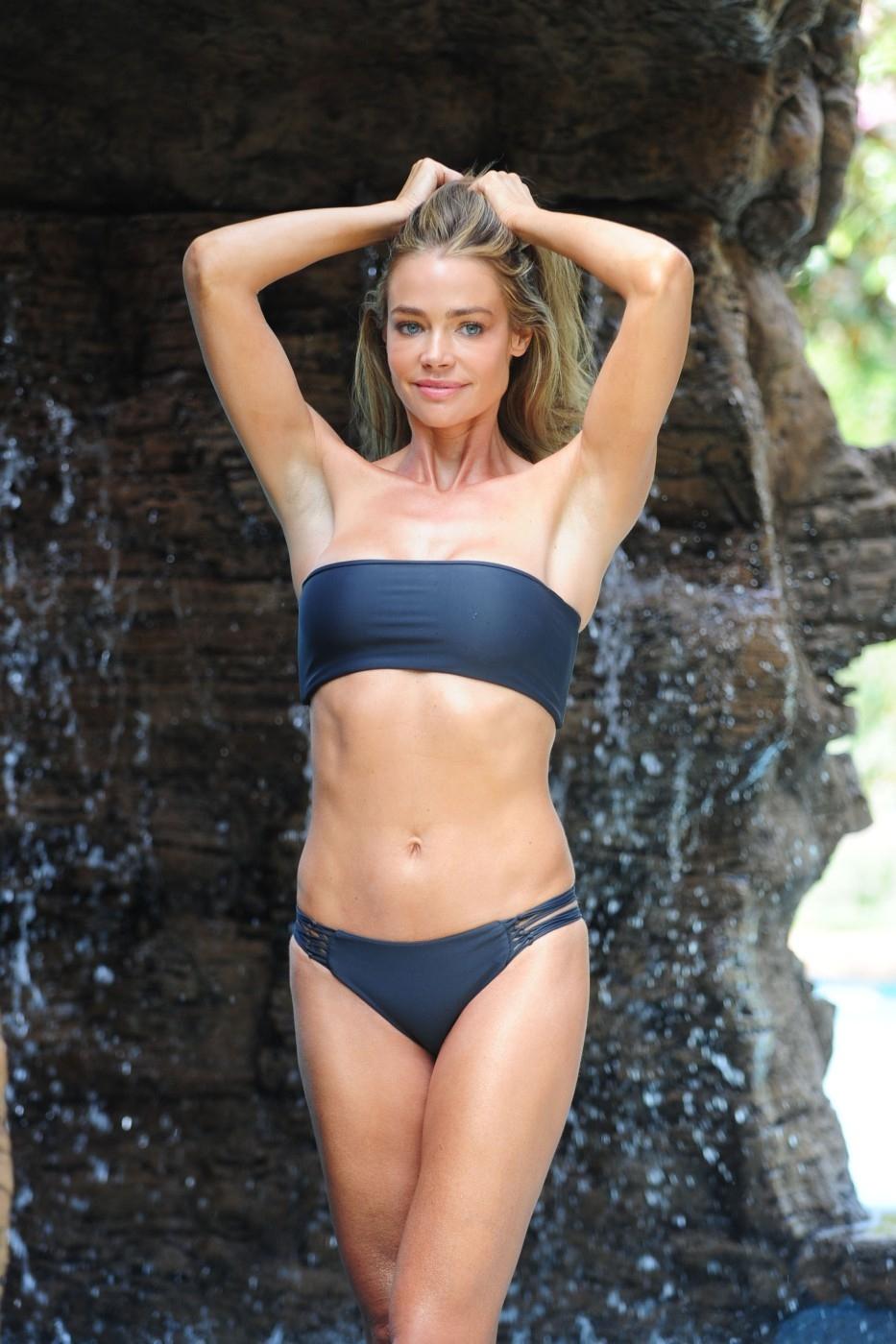 Denise Richards v sexy pózách u vodopádu