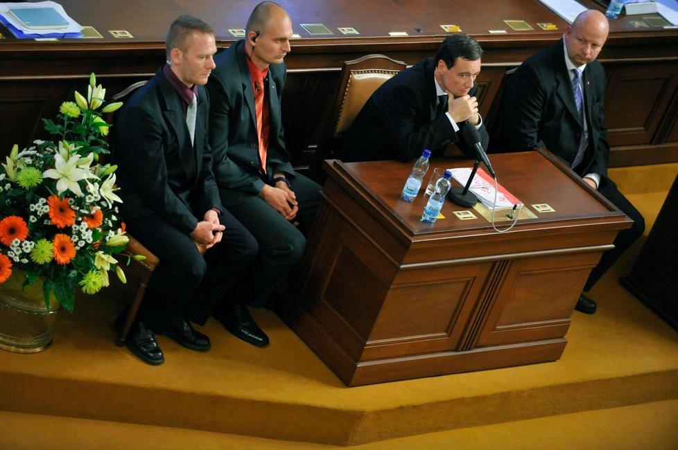 David Rath a členové policejní eskorty v jednacím sále Poslanecké sněmovny při hlasování o vydání Ratha k trestnímu stíhání