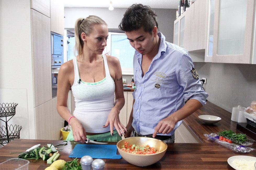 Marcus Martině pomáhá i v kuchyni