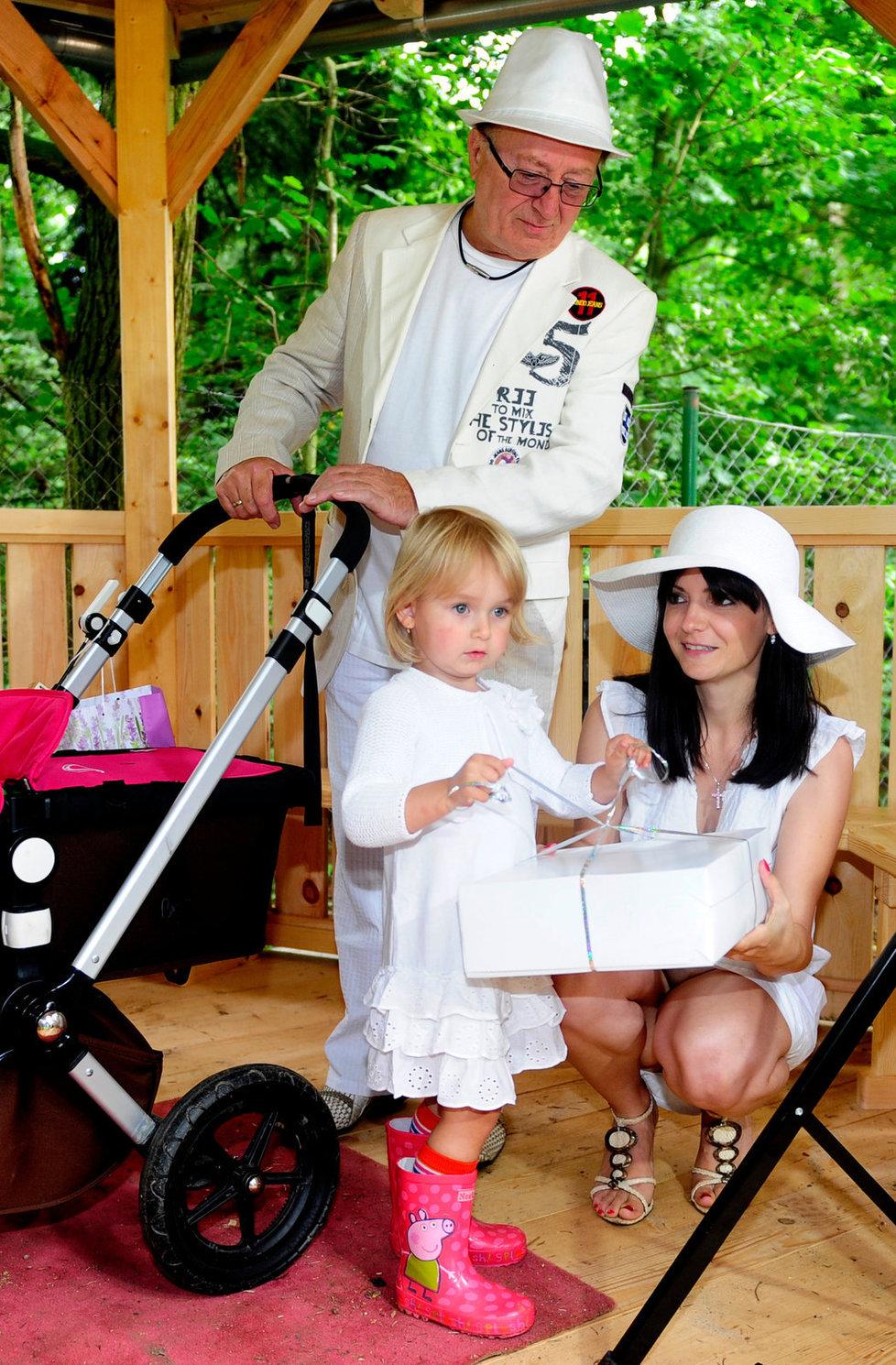Petra Janda si užívá svých dvou nemladších dcer Anežku a Rozárku (v kočárku).