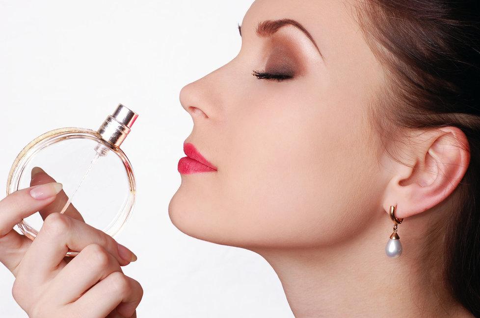 Nanášet parfém se musí umět.