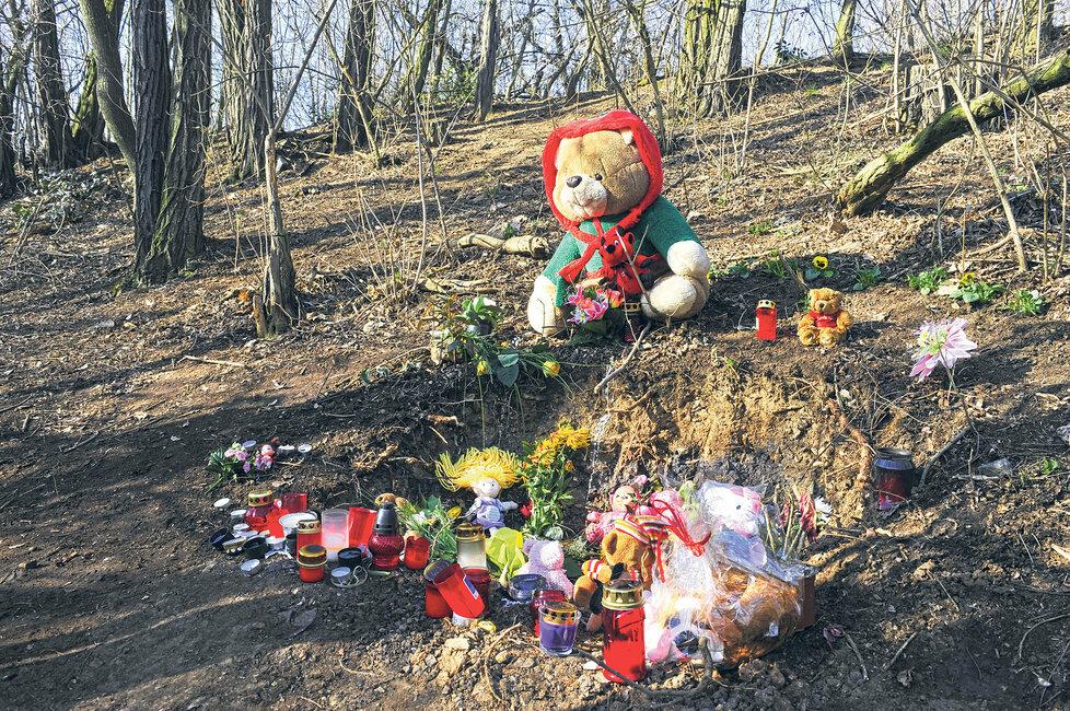 Říjen 2011: Místo je obsypáno květinami, jsou tam plyšové hračky a hořící svíčky.