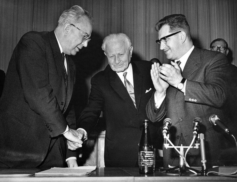 Lubomír Štrougal (vpravo) s Ludvíkem Svobodou a Gustávem Husákem (vlevo)