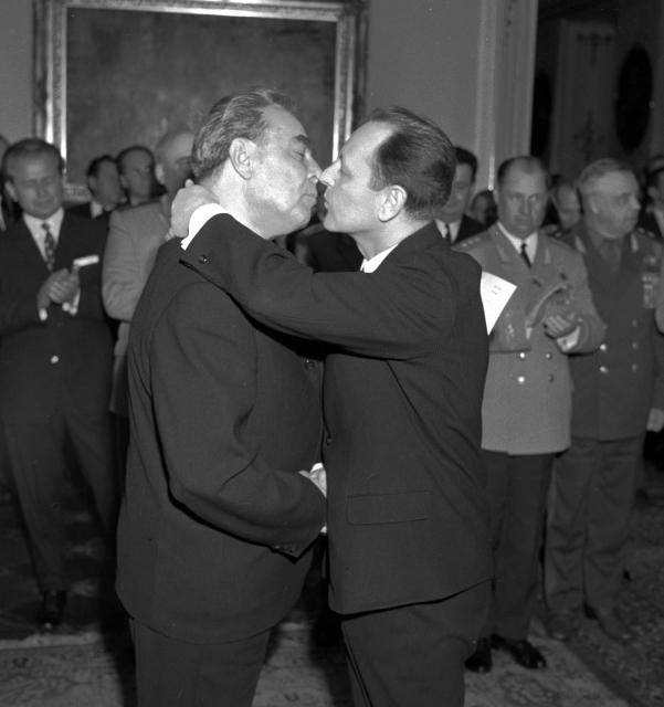 Vřelé vítání: Leonid Brežněv a Milouš Jakeš