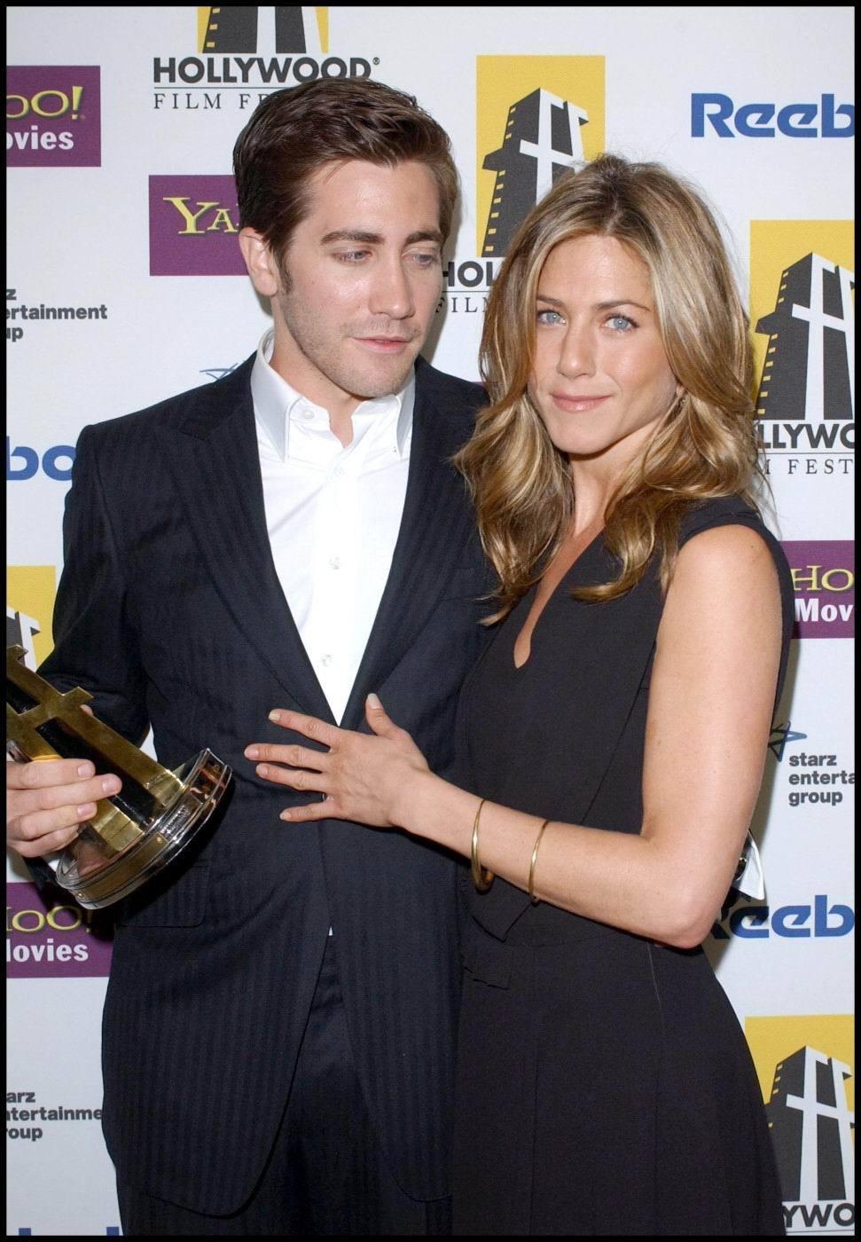 ...ale jeho pohled skončil pokaždé v záňadří Jennifer.