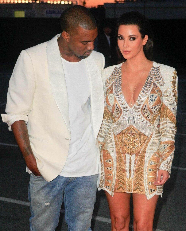 I Kanye si rád důkladně prohlédne její vnady.