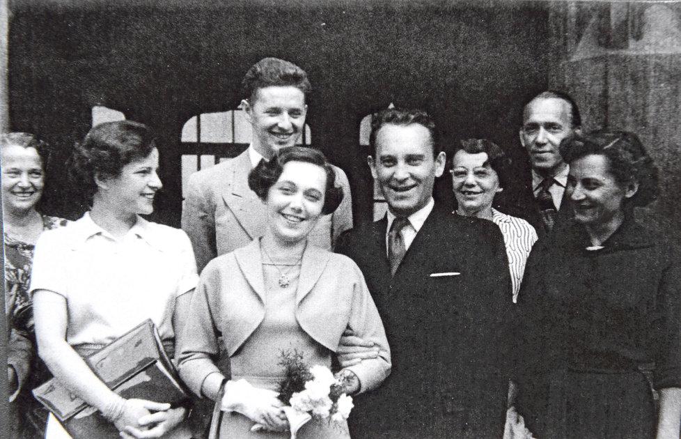 Svatební fotka z roku 1953 - Jiřina Švorcová, Jiří Vala, Jiřina Jirásková, Jiří Pleskot, maminka Jirásková, tatínek Jirásek, Jiřina Čiperová