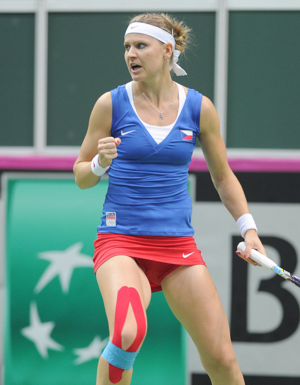 Lucie Šafářová po vítězném míčku proti Australance Stosurové.
