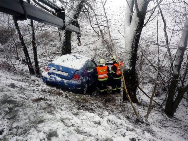Řidička nezvládla řízení a sjela u Podivína ze srázu. Přežila jen zázrakem