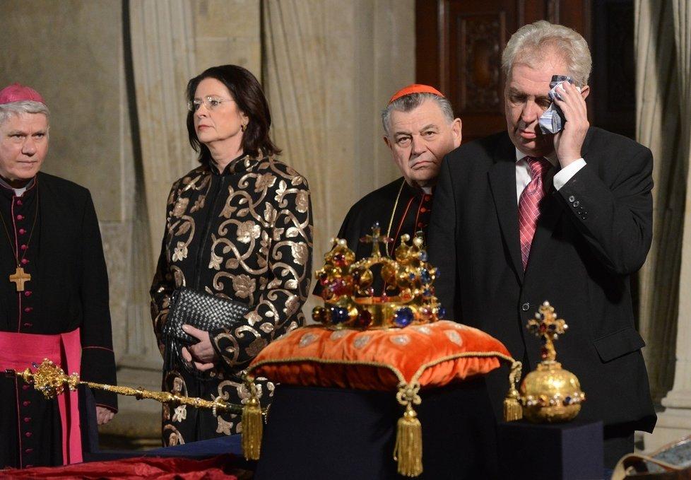 Ve Svatovítské kapli byla sice zima, Miloš Zeman se přesto nezvykle potil