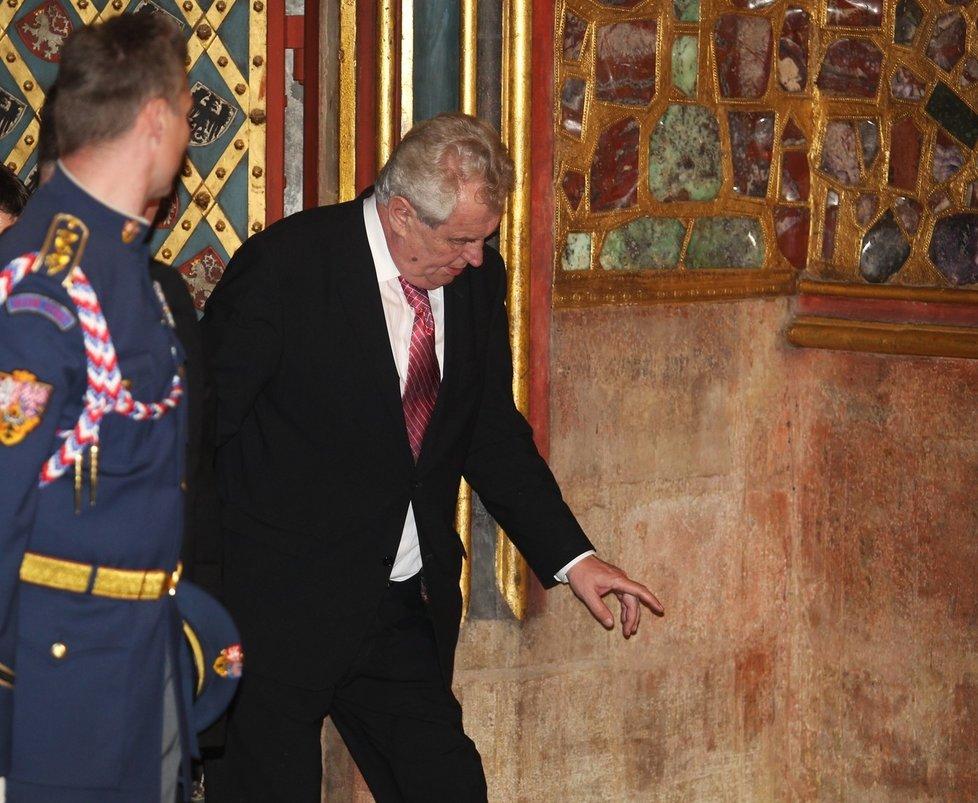 Miloš Zeman nebyl v kapli Svatého Víta zrovna ve formě, jeho krok nebyl dvakrát jistý