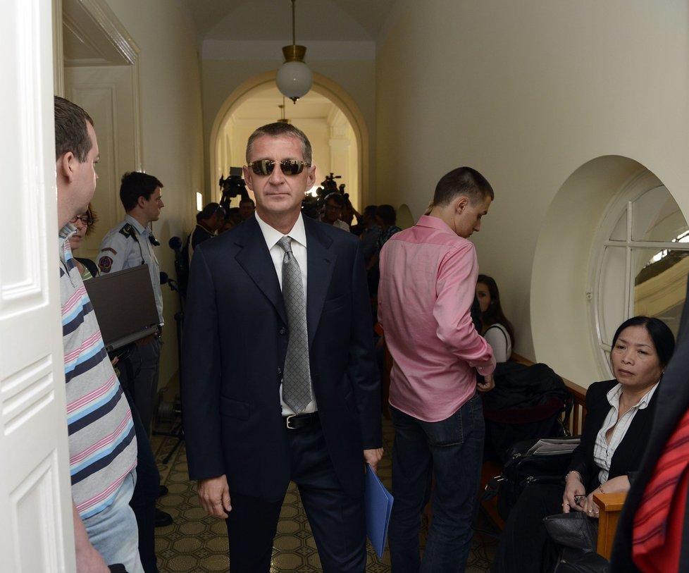 Roman Janoušek dorazil  k soudnímu přelíčení v dokonalém obleku umocněném luxusní, stylově náležitou vázankou a outfit si jako VIP playboy stoprocentně ohlídal, což s rozpolceností psychicky zdeptaného muže příliš nekonvenovalo.