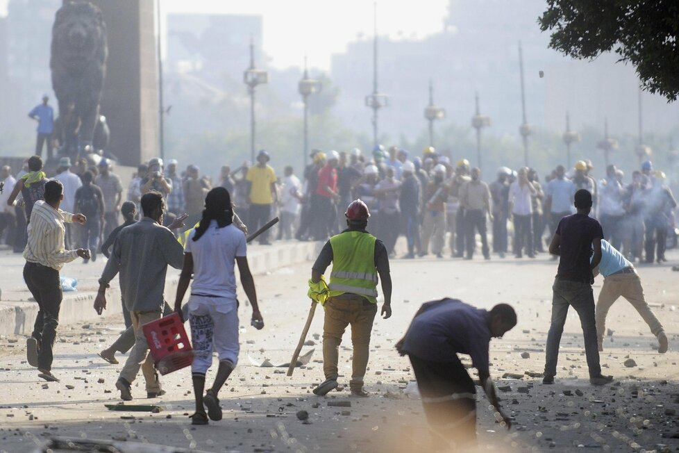 Nepokoje v Egyptě za vlády Mursího, který byl svržen armádou.