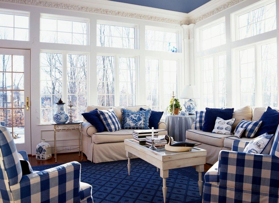 Modrá a bílá vytváří útulný a hravý domov.