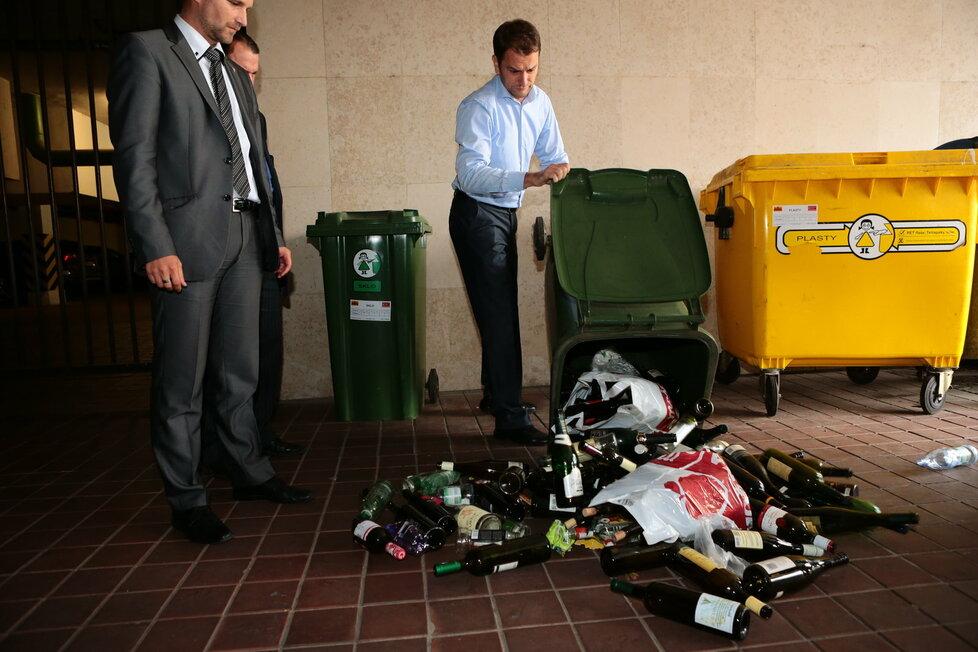 Lídr opozičního hnutí OĽaNO Matovič vysypal demonstrativně obsah jedné z parlamentních popelnic na zem.