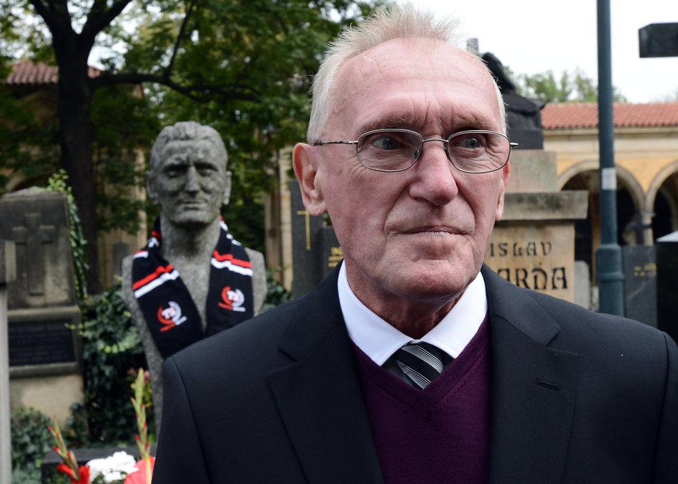 Ivan Bican před hrobem svého otce Josefa na pražském Vyšehradě.