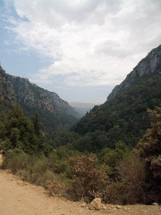 Řeka Kadíša vyhloubila údolí s mnoha zákruty a jeskyněmi