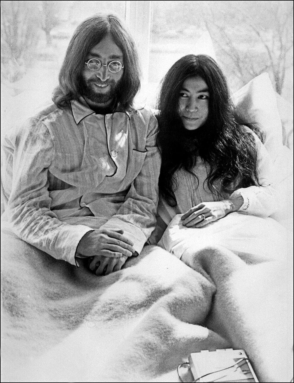 Manželé John Lennon a Yoko Ono