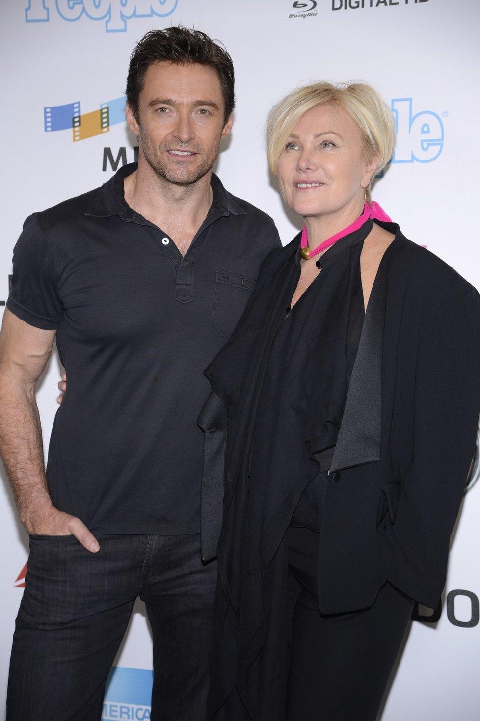 Srdce Hugha Jackmana (47) si získala žena starší o třináct let. S australskou herečkou Deborrou-Lee Furness (60) tvoří jeden z nejstabilnějších párů Hollywoodu a své ano si řekli v roce 1996. Mají adoptované dvě děti, Oscara (14) a Avu (9).