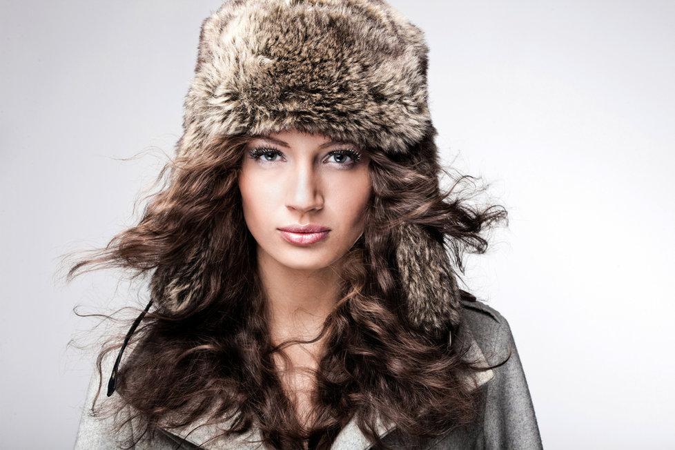 Chcete mít krásné a lesklé vlasy i v zimě  Chraňte je před vysušením a  mrazem 904962b373a