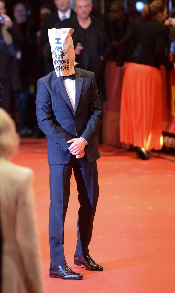 Podivné chování herce Shia LaBeoufa na berlínském festivalu zarazilo mnoho lidí.