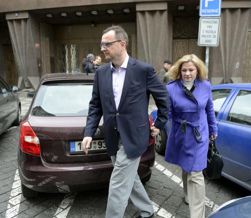 Petr Nečas s manželkou Janou opouští policejní ústředí na Perštýně. Nečasová odmítla vypovídat.