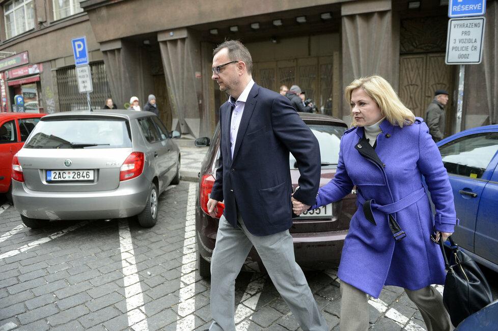 Jana Nečasová (dříve Nagyová) dorazila k policejnímu výslechu ve fialovém kabátku.