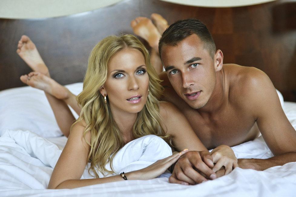 Zamilovaní milenci tráví poslední rok společné chvíle v postelích po celém světě.