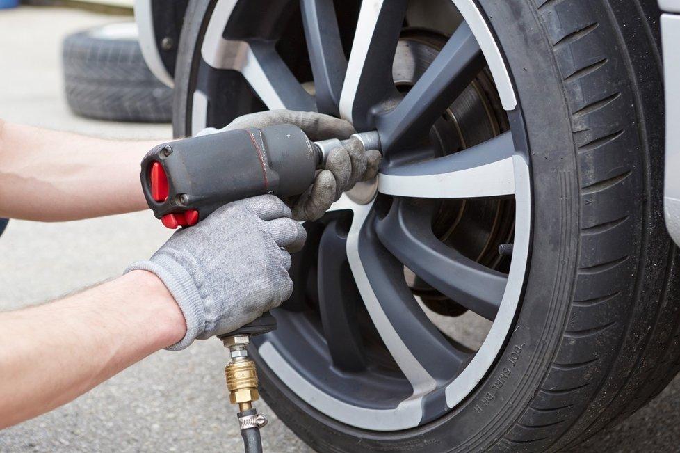 Kvůli mírné zimě začalo mnoho motoristů měnit pneumatiky již nyní.