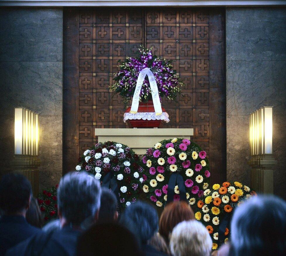 Síň strašnického krematoria byla plná lidí, kteří chtěli dát sbohem Věře Chytilové.