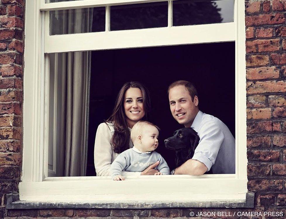 Hrdí rodiče Kate a William pózují na společné fotografii se svým osmiměsíčním synem