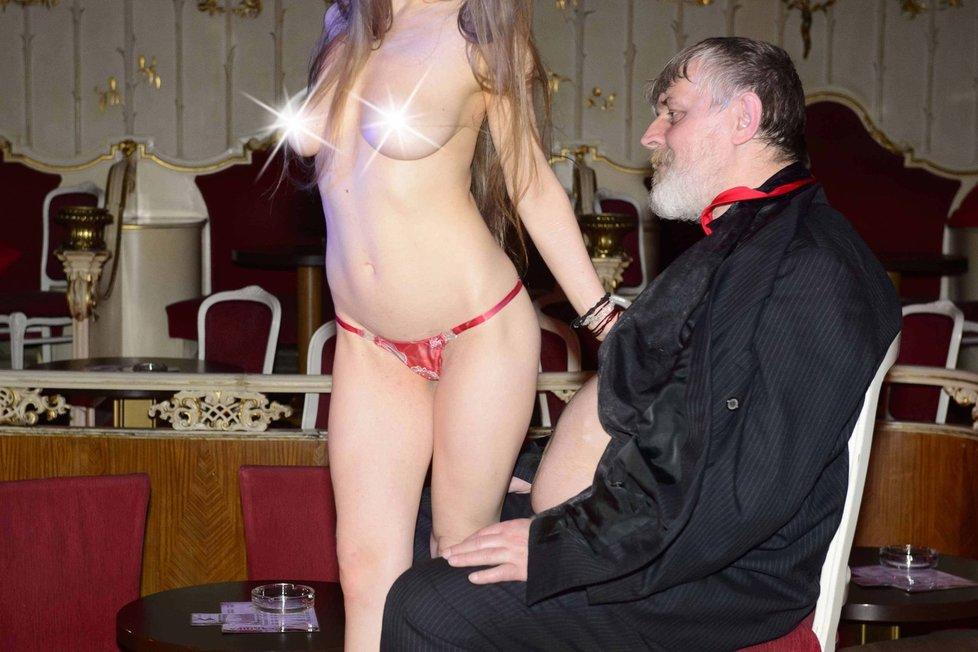 Ivanu Jonákovi dali jeho známí a kamarádi na přivítanou na svobodě striptýz