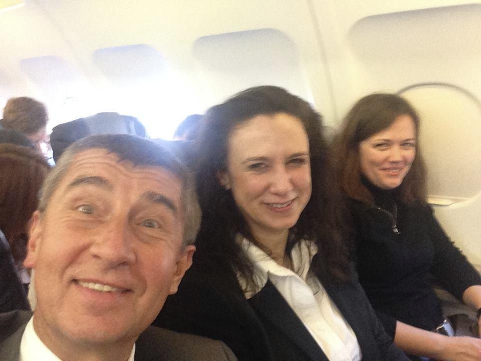 Selfie Andreje Babiše s jeho kolegyněmi z ministerstva financí náměstkyní Hornochovou a její poradkyní Hrdinkovou