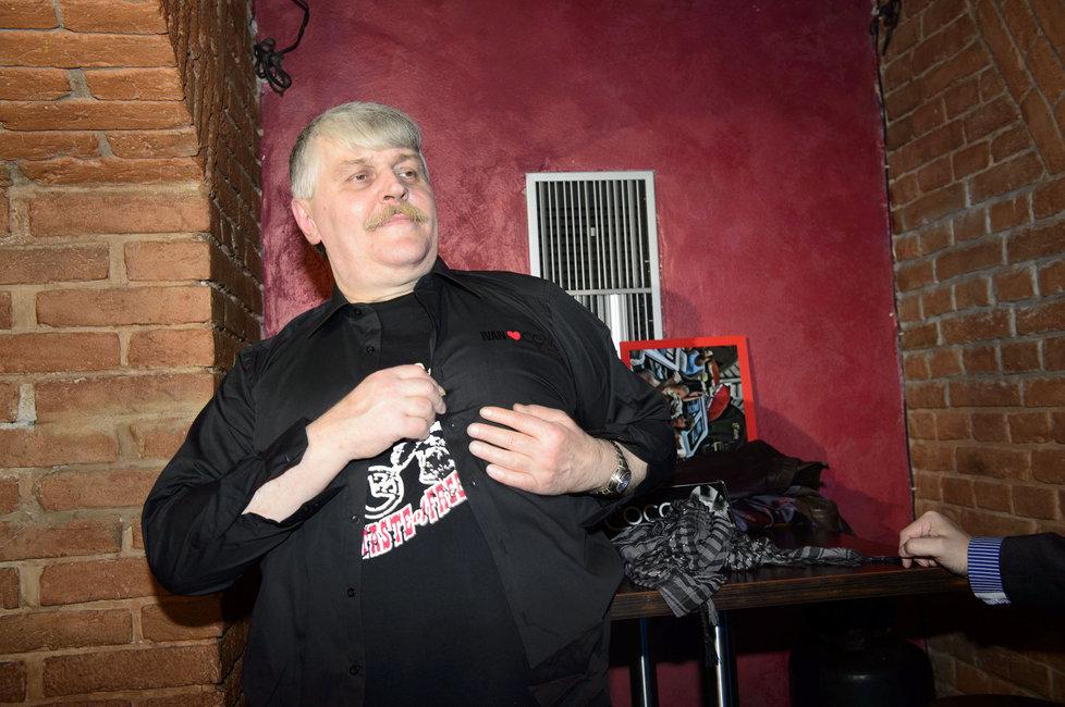 Ivan ukazuje nášivku klubu.