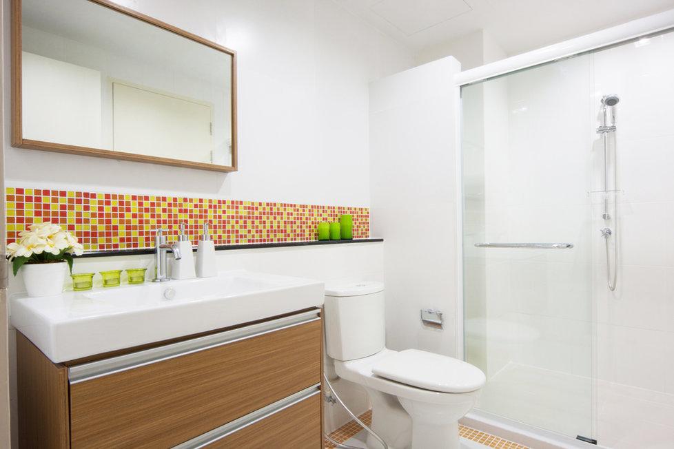 Koupelna spojená s toaletou ušetří hodně místa.