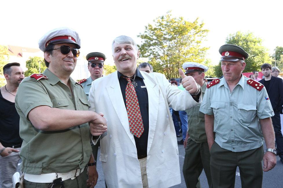 Ivan Jonák je s Veřejnou bezpečností, jak se zdá, za dobře. (Křest filmu Bony a klid 2)