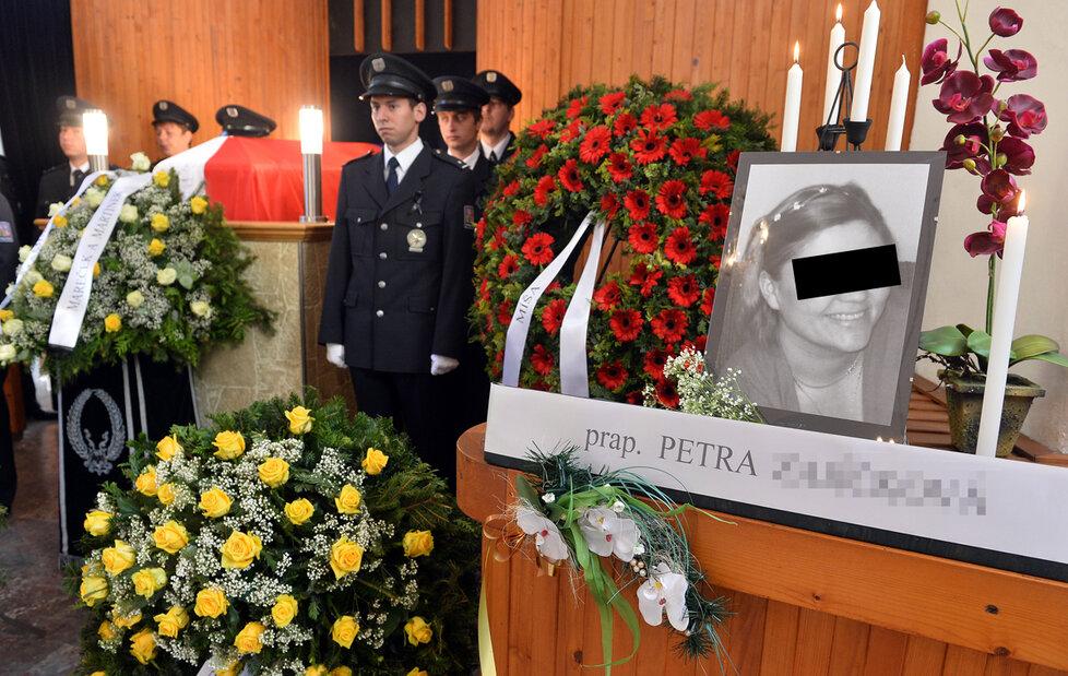 Pohřeb Petry Z., přejeté policistky feťákem Josefem.
