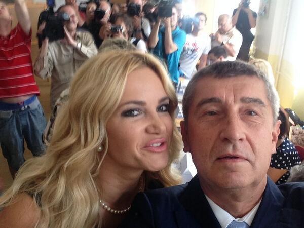 Selfie Andreje a Moniky Babišových z volební místnosti eurovoleb 2014