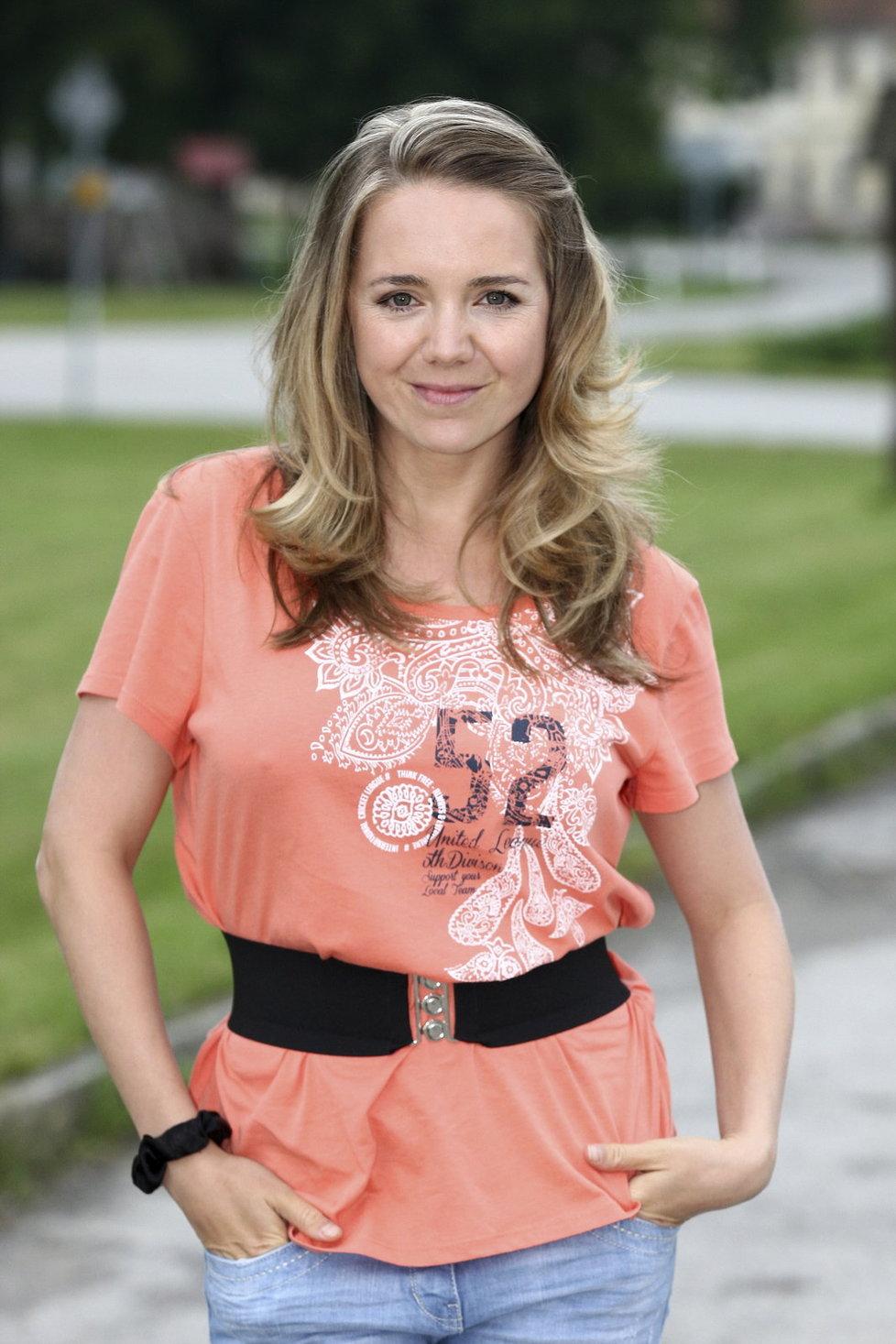 Lucie Vondráčková opět nechala doma podprsenku.