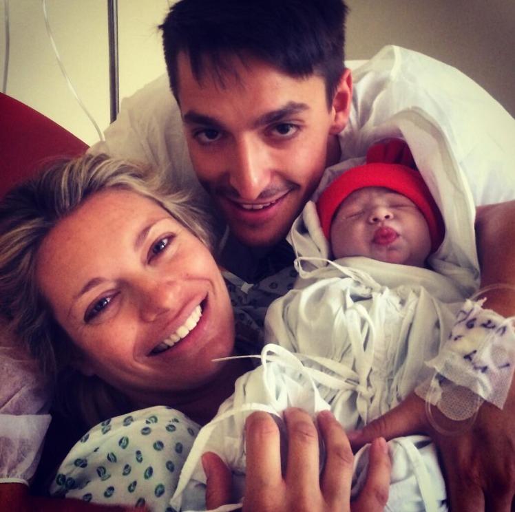 Hrdý tatínek zveřejnil fotku Lucie s dcerou Lindou po porodu na Twitteru.