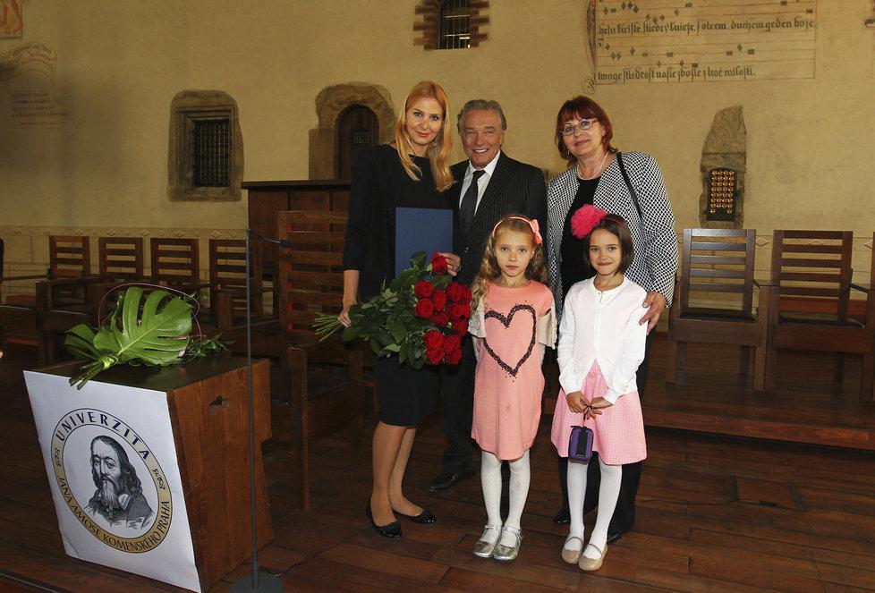 Loňská promoce Ivany Gottové na UJAK