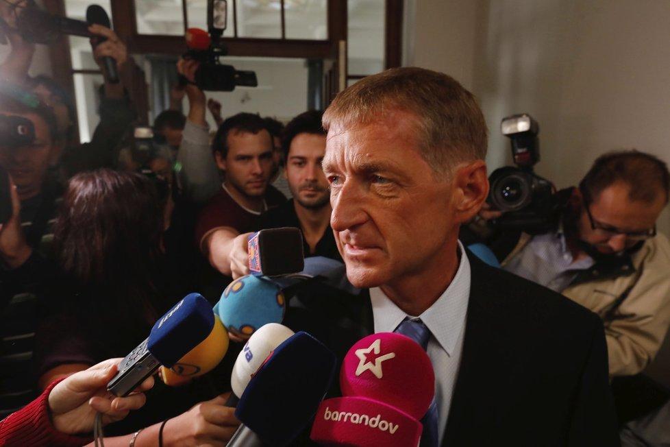 Janouškův příchod k soudu byl médii ostře sledéván