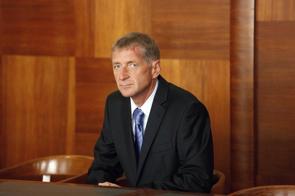 Janoušek u soudu v tichosti poslouchá